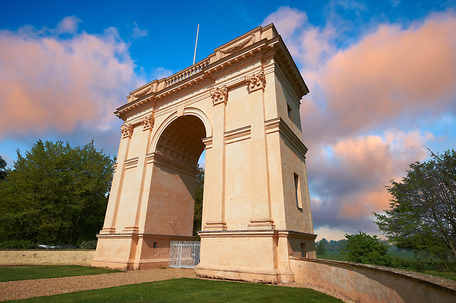 The neo-classic Corinthian Arch ldesigned by Giovanni Battista Borra in the 1750's ooking towards the south side of the Duke of Buckingham's Stowe House, Stowe, Buckingham, England