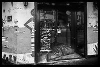 """Europe/ France/ Europe/France/Ile de France/Paris/75011:  Bivouac urbain dans l'entrée d'un café pendant le confinement - Contraste:   la facade annonce:  """"la vie est Belle!""""//  Europe / France / Europe / France / Ile de France / Paris / 75011: Urban bivouac in the entrance of a cafe during confinement - Contrast: the facade announces: """"Life is Beautiful!"""" //"""