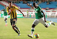 CALI -COLOMBIA-02-04-2014. Carlos  Augusto Rivas (Der) del Deportivo Cali disputa el balón con Juan Guillermo Arboleda (Izq) de Alianza Petrolera durante partido por la fecha 14 de la Liga Postobón I 2014 jugado en el estadio Pascual Guerrero de la ciudad de Cali./ Deportivo Cali player Carlos  Augusto Rivas (R) fights for the ball with Alianza Petrolera player Juan Guillermo Arboleda (L) during match for the 14th date of Postobon League I 2014 played at Pascual Guerrero stadium in  Cali city.Photo: VizzorImage/ Juan C. Quintero /STR
