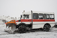 Geländewagen, Geländebus bringt Touristen mit Schneeketten an den Gipfel des Etna, Ätna, Etna, Lavagestein, Vulkan, karge Vulkanlandschaft, Italien, Sizilien, Mount Etna, volcano