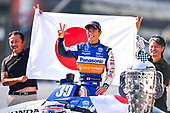 #30: Takuma Sato poses with guests during the champions portrait session, Rahal Letterman Lanigan Racing Honda