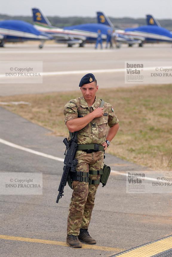 """- Italian Air Force,""""Air Riflemen"""" battalion, armed guard  in the airports ....- Aeronautica Militare Italiana, battaglione """"Fucilieri dell'Aria"""", guardia armata agli aeroporti.."""