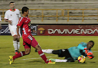 TUNJA -COLOMBIA, 18-10-2014. Estefano Arango (Izq) jugador de Patriotas FC disputa el balón con Jefferson Martinez arquero de Envigado FC durante partido por la fecha 15 de la Liga Postobón II 2014 realizado en el estadio La Independencia en Tunja./ Estefano Arango (L) player of Patriotas FC fights for the ball with Jefferson Martinez goalkeeper of Envigado FC during match for the 15th date of Postobon League II 2014 at La Independencia stadium in Tunja. Photo: VizzorImage/César Melgarejo A/STR