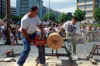 Spanien, Navarra, Pamplona, Fiesta San Fermin, baskischer Sport: Holzsägen