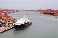 Yacht von Gloria Horten an der Einfahrt zum großen Kanal in Venedig - 26.11.2017: Hafeneinfahrt Venedig mit der Costa Deliziosa