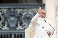 Papa Francesco benedice i fedeli durante l'udienza generale del mercoledì in Piazza San Pietro, Citta' del Vaticano, 15 novembre, 2017.<br /> Pope Francis blesses faithful during his weekly general audience in St. Peter's Square at the Vatican, on November 15, 2017.<br /> UPDATE IMAGES PRESS/Isabella Bonotto<br /> <br /> STRICTLY ONLY FOR EDITORIAL USE