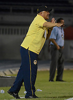 BARRANQUILLA - COLOMBIA -20-12-2014: Calixto Xhiquillo, tecnico de Universidad Autonoma da instrucciones a los jugadores durante partido Universidad Autonoma y Deportes Quindio por la Promocion 2014, jugado en el estadio Metropolitano Roberto Melendez de la ciudad de Barranquilla.  / Calixto Xhiquillo, coach of Universidad Autonoma gives instrutions to the players during a match between Universidad Autonoma and Deportivo Cali for the date 13th of the Liga Postobon I 2014 at the Metropolitano Roberto Melendez stadium in Barranquilla city. Photo: VizzorImage  / Alfonso Cervantes / Str.