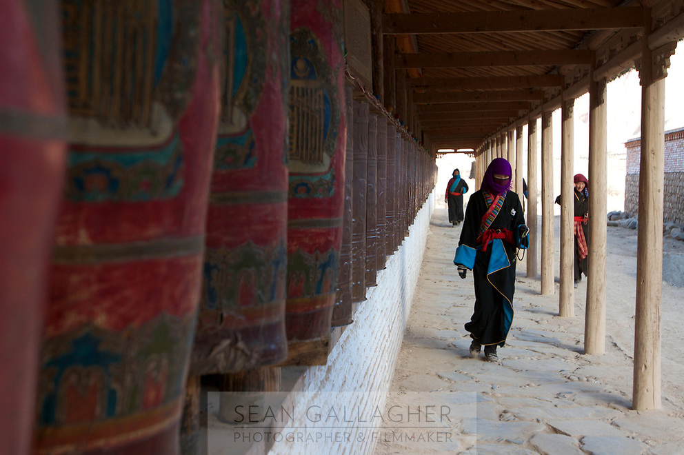 Tibetan pilgrims at a temple on the Qinghai-Tibetan Plateau. China.
