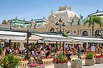 Fuerstentum Monaco, an der Côte d'Azur, Stadtteil Monte Carlo: Brasserie le Café de Paris und die Opéra de Monte-Carlo mit dem Casino Monte-Carlo | Principality of Monaco, on the French Riviera (Côte d'Azur), district Monte Carlo: Brasserie le Café de Paris and Opéra de Monte-Carlo with the Casino Monte-Carlo