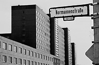 BERLINO EST / DDR / GERMANIA EST / 10 NOVEMBRE 1989.LA SEDE DEI SERVIZI SEGRETI DELLA DDR (STASI) IN NORMANNEN STRASSE A BERLINO EST, QUARTIERE DI LICHTENBERG..FOTO LIVIO SENIGALLIESI..EAST BERLIN / DDR / EAST GERMANY / 10 NOVEMBER 1989.MINISTRY FOR STATE SECURITY, DDR SECRET POLICE HEAD QUARTER IN NORMANNEN STRASSE..PHOTO LIVIO SENIGALLIESI