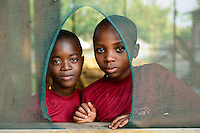 TANZANIA Musoma, JIPE MOYO a shelter of the catholic church for girls which escaped from their village to prevent child marriage or FGM female genital mutilation / Tansania Region Mara, Musoma, Projekte der Dioezese Musoma, JIPE MOYO, Zufluchtsort fuer Maedchen denen in ihrem Dorf Kinderhochzeit, haeusliche Gewalt oder Genitalverstuemmelung droht, links: Pendo 8 Jahre und Esther 8 Jahre