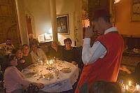 Afrique/Afrique du Nord/Maroc/Rabat: Dinarjat restaurant situé dans un ancien palais andalou une table de clients se fait photographier par un serveur