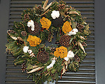 """Christmas wreath Colonial Williamsburg Virginia, wreath, Colonial Williamsburg Virginia is historic district 1699 to 1780 which made colonial Virgnia's Capital, for most of the 18th century Williamsburg was the center of government education and culture in Colony of Virginia, George Washington, Thomas Jefferson, Patrick Henry, James Monroe, James Madison, George Wythe, Peyton Randolph, and others molded democracy in the Commonwealth of Virginia and the United States, Motto of Colonial Williamsburg is """"The furture may learn from the past,"""""""