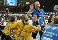 HCL Handball Bundesliga Achtelfinale Ligapokal - HC Leipzig im Pokal gegen Frankfurter HC in der Arena. .IM BILD: HCL Trainer Stefan Madsen genießt das Spiel mit einem Lächeln auf den Lippen und klatscht sich mit der Bank ab. .Foto: Christian Nitsche.  Jegliche kommerzielle Nutzung ist honorar- und mehrwertsteuerpflichtig! Persönlichkeitsrechte sind zu wahren. Es wird keine Haftung übernommen bei Verletzung von Rechten Dritter. Autoren-Nennung gem. §13 UrhGes. wird verlangt. Weitergabe an Dritte nur nach vorheriger Absprache.