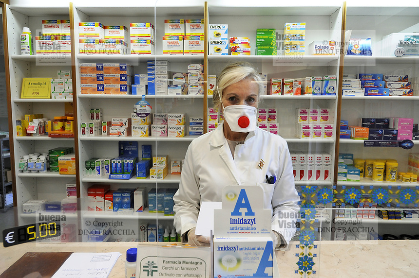 - epidemia di Coronavirus, vivere con la mascherina, la farmacia, Milano, Aprile 2020<br />