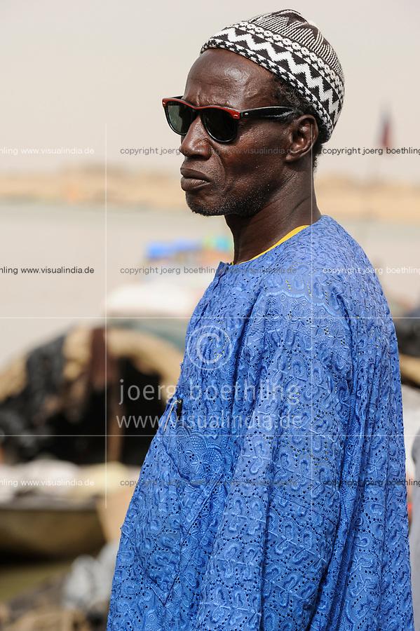 MALI, Mopti, river Niger, port with pinnace boats, market day, man with sunglasses and woolen cap / Mali, Mopti, Fluss Niger, Markttag und Warenhandel im Hafen mit Pinassen