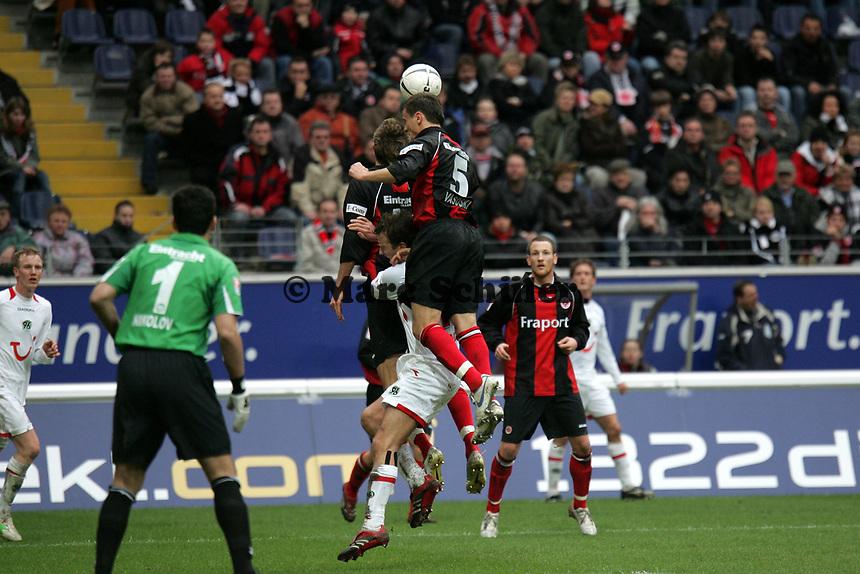 Kopfballabwehr von Aleksandar Vasoski und Patrick Ochs (beide Eintracht Frankfurt)