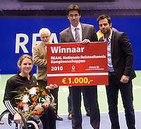 19-12-10, Tennis, Rotterdam, Reaal Tennis Masters 2010,   Winnaar REAAL NRK Esther Vergeer ontvangt de prijs uit handen van Dhr. Stijn directeur verkoop REAAL en toernooi directeur Raemon Sluiter(R)