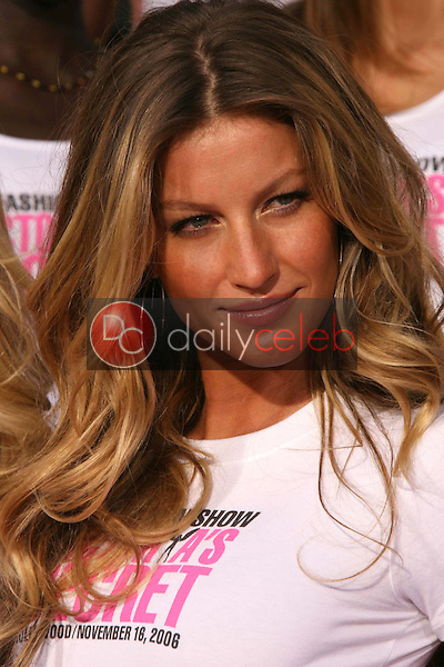Gisele Bundchen<br />receiving the Key to the City of Hollywood. Grauman's Chinese Theatre, Hollywood, CA. 11-15-06<br />Dave Edwards/DailyCeleb.com 818-249-4998