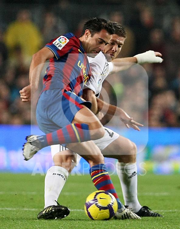 FC Barcelona's Xavi Hernandez and Real Madrid's Xabi Alonso during La Liga match.November 29 2009. (ALTERPHOTOS/Acero).