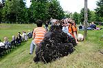 Les camoufleurs<br /> <br /> Conception : Sylvain Prunenec.<br /> Interprétation :<br /> Marie Orts,<br /> Miguel Garcia Llorens,<br /> Sylvain Riéjou.<br /> Conception sonore : Sébastien Roux.<br /> Costumes : Clédat et Petitpierre<br /> Printemps de Paroles 2013<br /> Parc culturel de Rentilly<br /> Bussy Saint Martin<br /> 01/06/2013<br /> © Laurent Paillier / photosdedanse.com