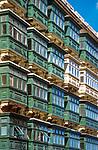 Malta, Valetta: typisch fuer Valetta die vielen, verglasten Balkone | Malta, Valetta: typical balconies in the capital