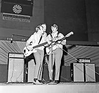 Les Beach Boys en concert a 'arema Maurice-Richard. 19 fevrier 1965. De gauche ˆ droite : Al Jardine, Mike Love et Carl Wilson.