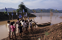 INDIA, state Gujarat, Narmada river and dams, reservoir of Narmada dam Sardar Sarovar Project at tribal village Manibeli, submerged farm land and forest, children await boat of Medha Patkar the leader of NBA Narmada bachao Andolan, movement to save the Narmada / INDIEN, Gujerat, Narmada Fluss und Staudaemme, Stausee des Sardar Sarovar Projekt, ueberflutetes Ackerland und zerstoerter Wald des Adivasi Dorf Manibeli