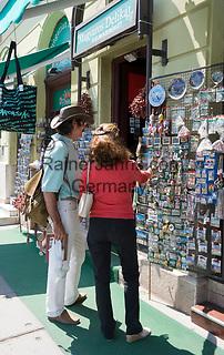 HUN, Ungarn, Budapest, Paar beim Einkaufen von Andenken | HUN, Hungary, Budapest, couple shopping souvenirs