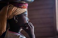 Benin. Cotonou . foyer salesiano Don Bosco Ritratto di profilo di bambina di colore pensosa