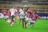 TUNJA -COLOMBIA. 26-05-2013. un Jugador (Der) de Patriotas FC disputa el balón con Andres Cadavid (C) del Envigado durante partido de la fecha 17 Liga Postobón 2013-1./ Player (R) of Patriotas FC fights for the ball with Andres Cadavid (C) of Envigado during match of the 17th date of Postobon  League 2013-1. (Photo: VizzorImage/José Palencia/Staff)