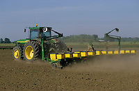 HUNGARY Szentes, sowing of corn seeds and application of synthetic feritlizer with John Deere tractor / UNGARN Szentes Ausbringung von Mais Saat und Duenger bei Arpad-Agrar AG