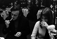 Yvon Deschamps et sa conjointe Judy Richards<br /> , Entre le 5 et 10 janvier 1970<br /> <br /> Photographe : Photo Moderne<br /> - Agence Quebec Presse