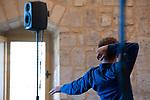 Visseuse électrique en promotion<br /> <br /> Flora Gaudin chorégraphie<br /> Paul Ramage composition musicale et interprétation sur acousmonium* Alcôme<br /> Marie Albert, Ève Bouchelot, Victor Brecard, Mathilde Rance et Hugues Rondepierre danse<br /> Date 30/08/2019<br /> Lieu Fondation Royaumont - Salle des charpentes<br /> Cadre : Prototype VI<br /> <br /> Huit enceintes en hauteur circonscrivent une zone qui encercle les cinq interprètes. La musique et les corps évoquent les machines qui les gouvernent ou qu'ils sont devenus, corps outil autant que corps ouvrier. Les gestes s'ajustent les uns aux autres, les rouages se mettent en place. La musique et la danse, symbiotiques, offrent une alliance d'abord oppressante. Peu à peu pourtant, c'est à une forme d'ouverture à laquelle on assiste. Quelque chose se met à vivre et palpiter, et des lignes de fuite peuvent émerger…