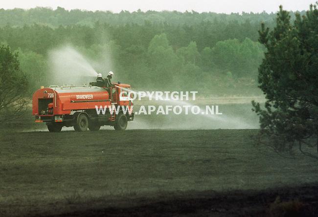 Arnhem,28-04-99  Foto:Koos Groenewold <br />Enkele hectare heide,grassen en wat bomen gingen vanmiddag verloren in de vlammen tussen Arnhem en Apeldoorn.