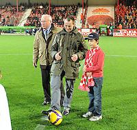 KV Kortrijk - KV Mechelen..aftrap met de matchbalsponsor...foto VDB / BART VANDENBROUCKE