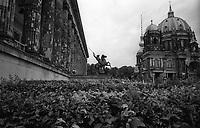 berlino, quartiere mitte. l'altes museum e il duomo di berlino (berliner dom) --- berlin, mitte district. The Altes Museum (Old Museum) and the berliner dom (berlin cathedral)