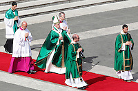 Papa Francesco lascia il sagrato dopo aver celebrato la messa in occasione della Giornata Mariana in Piazza San Pietro, Citta' del Vaticano, 13 ottobre 2013.<br /> Pope Francis leaves the parvis after celebrating a mass on occasion of the Marian Day in St. Peter's Square at the Vatican, 13 October 2013.<br /> UPDATE IMAGES PRESS/Isabella Bonotto<br /> <br /> STRICTLY ONLY FOR EDITORIAL USE