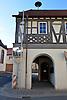 Rathaus (16./17. Jh.) an der Ecke Hauptstraße - Niedergasse von Appenheim mit Durchgang durch kleine Halle