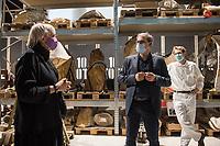 Bundestagsvizepraesidentin Claudia Roth eroeffnete am Donnerstag den 29. Oktober 2020 das Quadriga-Projekt im Mauer-Mahnmal des Bundestages.<br /> Auf Einladung des Kunstbeirates des Deutschen Bundestages wird das historische Gipsmodell der beruehmten Quadriga vom Brandenburger Tor durch die Gipsformerei der Staatlichen Museen zu Berlin im Mauer-Mahnmal des Bundestages wiederhergestellt. Das Kooperationsprojekt, wir bis zum Herbst 2022 dauern und als Schau-Werkstatt betrieben werden.<br /> Leiter des Berliner Denkmalschutzes, Dr. Christoph Rauhut, der Leiter der Gipsformerei, Miguel Helfrich (re.) und Dr. Andreas Kaernbach, Kurator der Kunstsammlung des Deutschen Bundestages und Referatsleiter Kunst im Deutschen Bundestag erlaeuterten fuer Claudia Roth (li.) die Ziele und den Ablauf des Projekts.<br /> Im Bild: Claudia Roth im Lager der Restaurationsarbeiten.<br /> 29.10.2020, Berlin<br /> Copyright: Christian-Ditsch.de