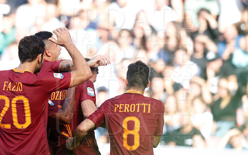 Calcio, Serie A: Napoli vs Roma. Napoli, stadio San Paolo, 15 ottobre. <br /> Roma's Edin Dzeko, second from right, celebrates with teammates after scoring during the Italian Serie A football match between Napoli and Roma at Naples' San Paolo stadium, 15 October 2016. Roma won 3-1.<br /> UPDATE IMAGES PRESS/Isabella Bonotto