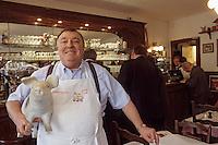 Europe/France/59/Nord/Env de Lille/Capinghem: Pierre Coucke, alias Pierrot de Lille dans son restaurant La Marmite de Pierrot [Non destiné à un usage publicitaire - Not intended for an advertising use]
