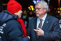 """Le ministre de la sante Gaetan Barette fait face a des manifestants d""""organismes communautaires, le 28 janvier 2016, a Brossard<br /> <br /> <br /> PHOTO : <br /> - Agence Quebec presse"""