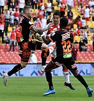 BOGOTA - COLOMBIA, 25-09-2021: Juan Pedroza de Independiente Santa Fe y George Saunders, Yaser Asprilla de Envigado F. C. disputan el balon durante partido de la fecha 11 entre Independiente Santa Fe y Envigado F. C. por la Liga BetPlay DIMAYOR II 2021, en el estadio Nemesio Camacho El Campin de la ciudad de Bogota. / Juan Pedroza of Independiente Santa Fe and George Saunders, Yaser Asprilla de of Envigado F. C. struggle for the ball during a match of the 11th date between Independiente Santa Fe and Envigado F. C., for the BetPlay DIMAYOR II 2021 League at the Nemesio Camacho El Campin Stadium in Bogota city. / Photo: VizzorImage / Luis Ramirez / Staff.