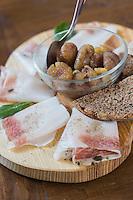 Italie, Val d'Aoste, Val d'Ayas, Brusson:  service du Lard d'Arnad au    restaurant de  l' Hotel Laghetto // Italy, Aosta Valley, Brusson: service Arnad lardo at  restaurant of the Hotel Laghetto