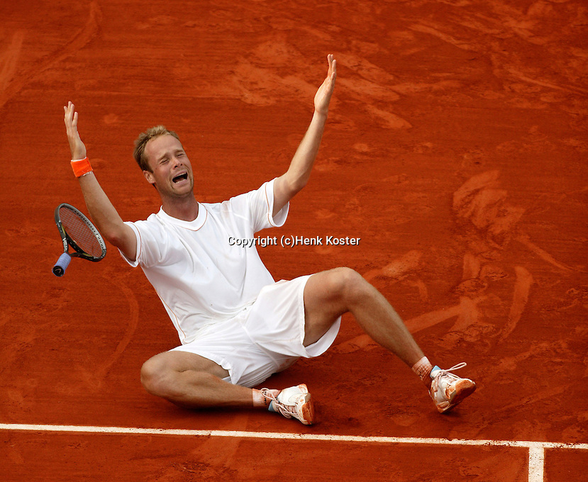 20030603, Paris, Tennis, Roland Garros, Martin Verkerk (NED) defeats  Moya and goes cellebrating