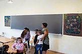 Der erste Schultag nach den langen Sommerferien. Die Lehrerin bittet die Kinder sich zu setzen. /  Eine der 25 Waldorfschulen Rumäniens liegt in dem fast ausschließlich von Roma bewohnten Dorf Rosia in der Mitte des Landes. Anders als in Deutschland kommen die Schüler nicht aus bürgerlichen Familien, sondern meist aus einfachen Verhältnissen.