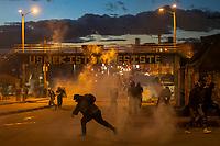 BOGOTA - COLOMBIA, 20-07-2021: Fuertes disturbios en el sector de Usme hoy, 20 de julio de 2021, en Bogotá durante la conmemoración del día de independencia de Colombia en el cual siguen las protestas del paro nacional que nuevamente convocó movilizaciones para protestar por el gobierno del presidente Duque. / Hard riosts in the sector of Usme today, July 20, 2021, in Bogotá during the commemoration of Colombia's independence day in which the protests of the national strike that again called mobilizations to protest the government of President Duque. Photo: VizzorImage / Diego Cuevas / Cont