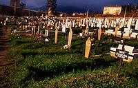 Sarajevo / Bosnia 1995.<br /> Cimitero di guerra. Durante l'assedio molte vittime furono sepolte nei parchi pubblici tra le case del centro della capitale bosniaca.<br /> War cemetery.<br /> Photo Livio Senigalliesi