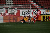 David Danari (FSV Mainz 05) wehrt den Schuss von Alex Buch (FC Bayern M¸nchen) ab